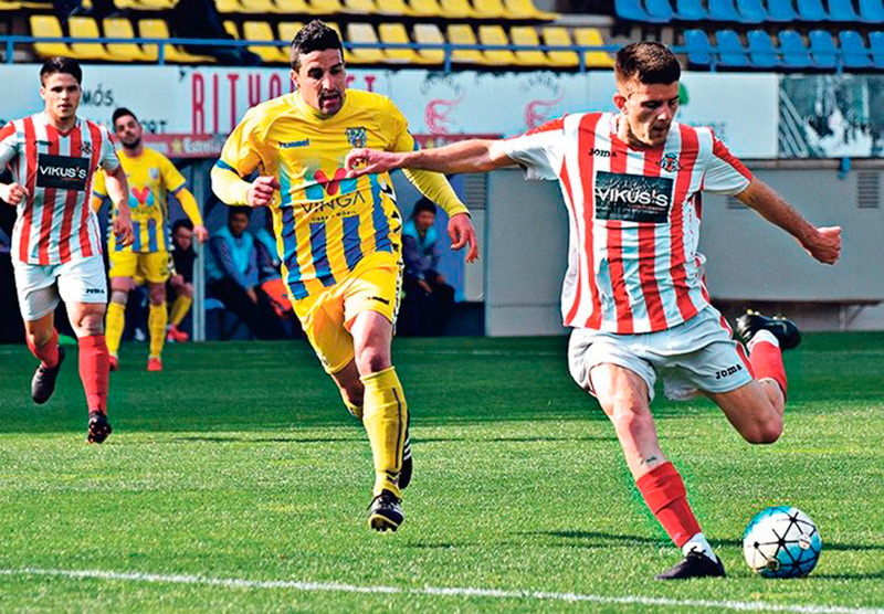 Jairo Torné, amb la samarreta del Vic, en un partit contra el Palamós. (Foto: Palamós C.F.).