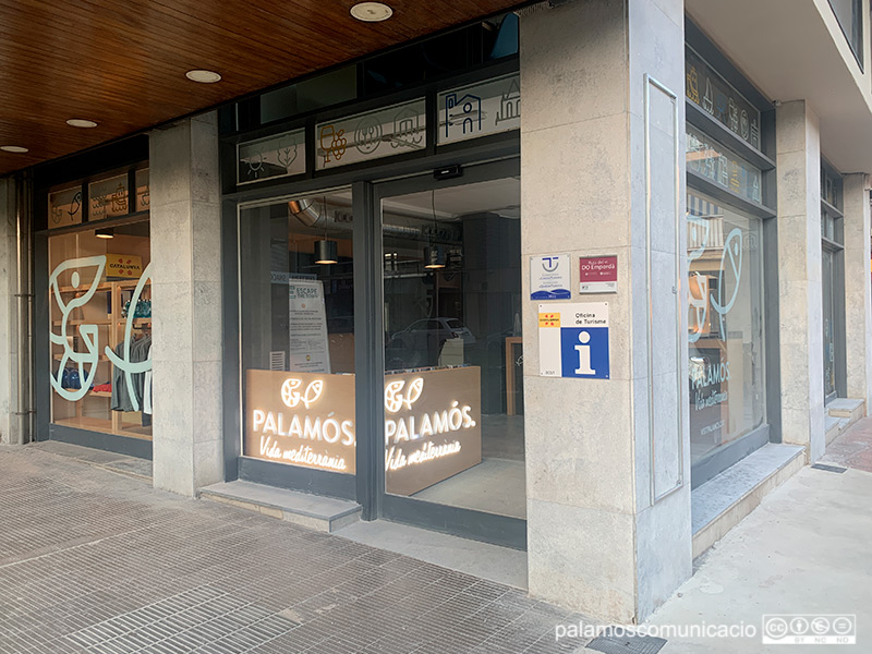 La nova Oficina de Turisme està situada als baixos de l'edifici Jaume II, al Passeig del Mar de Palamós.