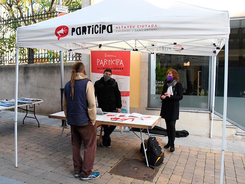 Imatge de la parada dels pressupostos participatius instal·lada al mercat de Calonge. (Foto: Ajuntament de Calonge i Sant Antoni).