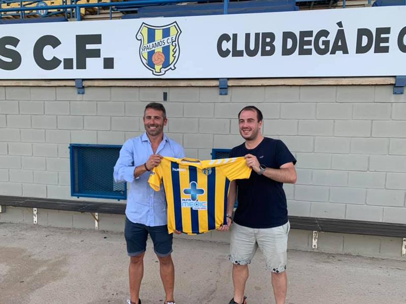 Ferran Corredor, esquerra, amb Josep Rochés, coordinador del futbol formatiu del club. (Foto: Palamós CF).