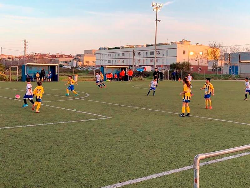 Imatge d'arxiu d'un entrenament de futbol base a la zona esportiva Josep Massot i Sais. (Foto: FE Palamós).