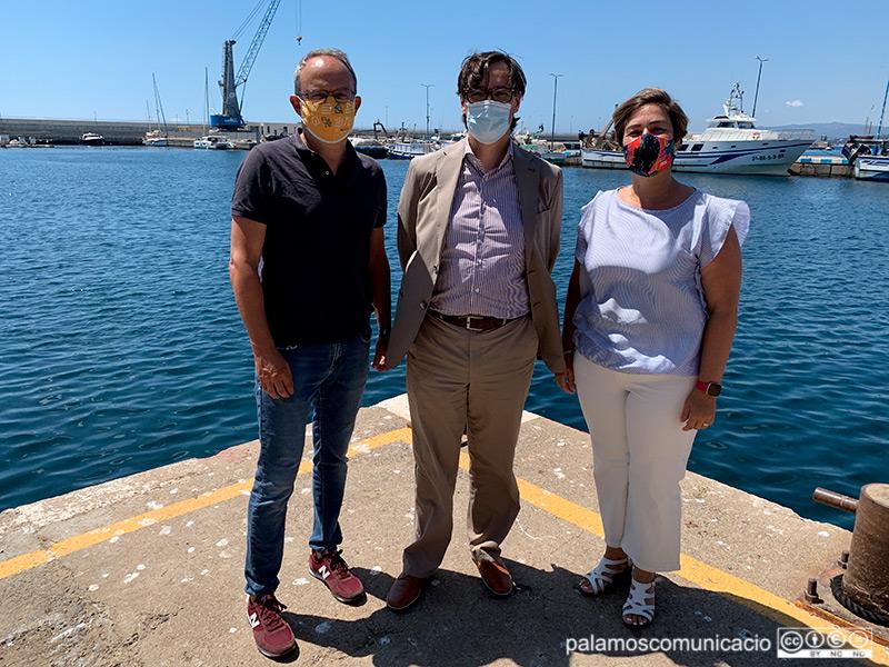 Salvador Illa, al centre de la imatge, acompanyat dissabte pels regidors del PSC de Palamós Josep Coll i Yolanda Aguilar.