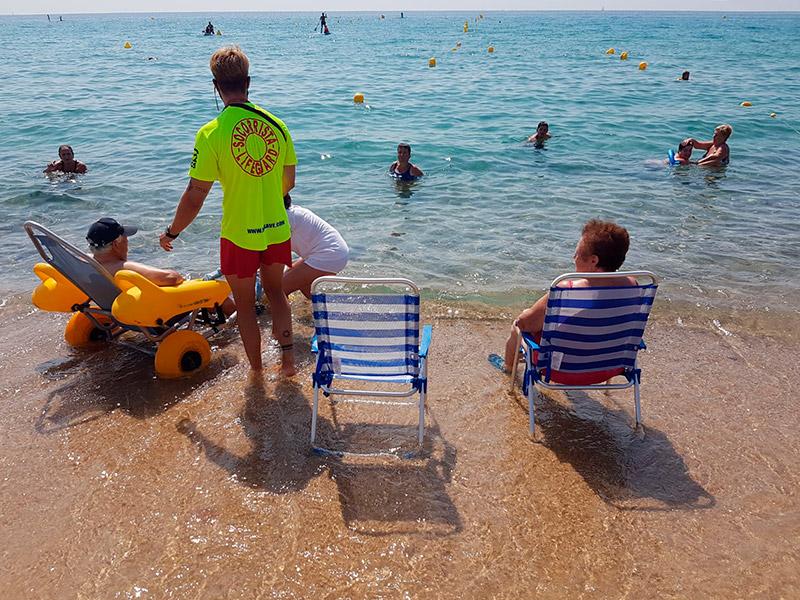 Imatge del servei de bany assistit a la platja de Torre Valentina. (Foto: Ajuntament de Calonge i Sant Antoni).