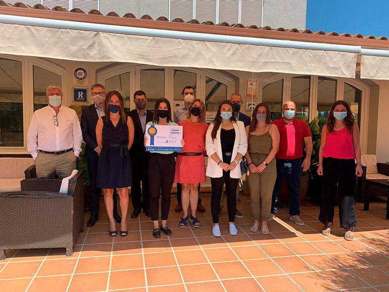 La premiada Marina Reina acompanyada de la resta de participants de l'acte. (Foto: Grup Costa Brava Centre).