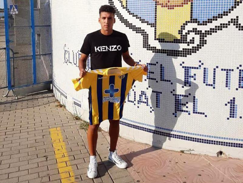 El defensa figuerenc Àngel Blanco amb la samarreta del Degà. (Foto: Palamós CF).