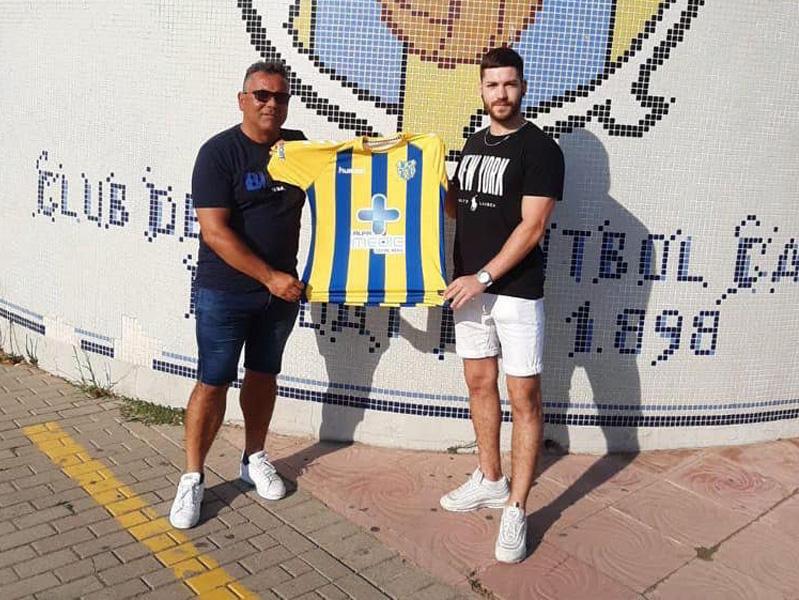 Marc Crespo, amb l'entrenador del Palamós, Mario Fernández. (Foto: Palamós CF).