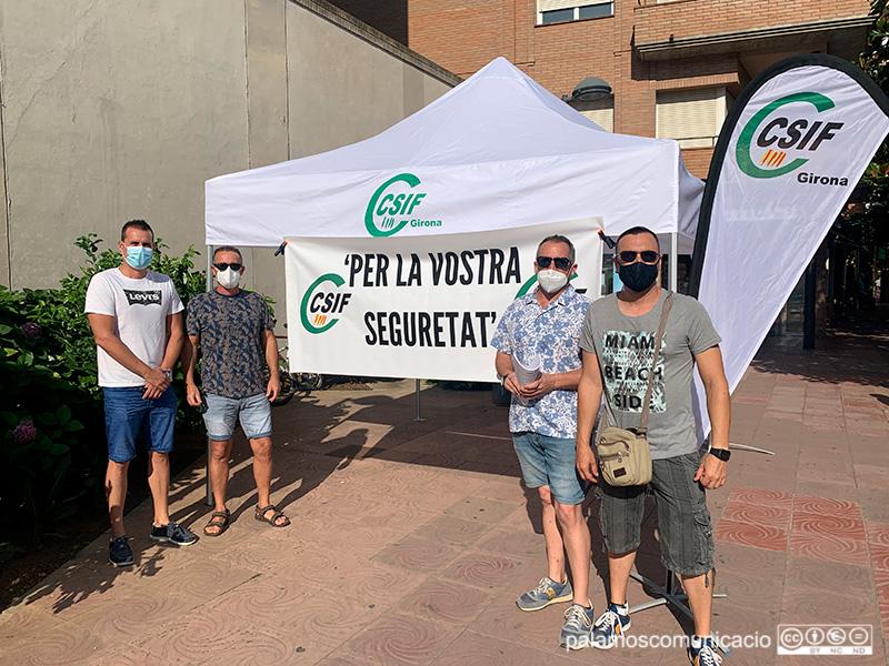 Representants del sindicat CSIF, aquest matí en una carpa instal·lada a l'Avinguda de Catalunya.