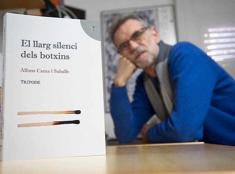 L'escriptor Alfons Cama amb el seu darrer llibre,