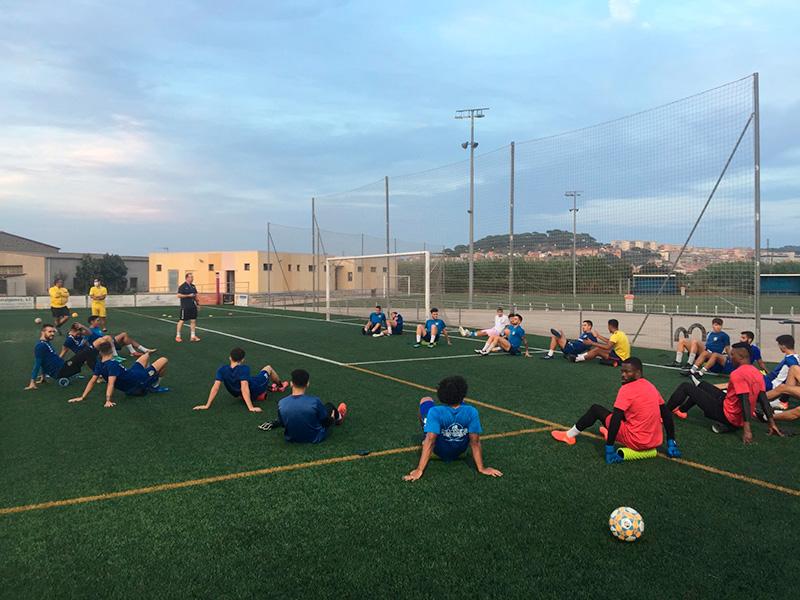 Els jugadors del Palamós, entrenant aquest dimecres a la zona esportiva Josep Massot i Sais. (Foto: Palamós CF).
