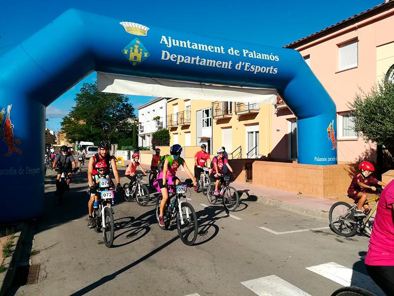 La sortida de la Festa del Pedal d'ahir diumenge. (Foto: Ajuntament de Palamós).