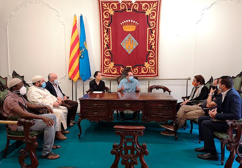 L'alcalde i la regidora d'Acció Social amb membres de tres comunitats religioses de Palamós. (Foto: Ajuntament de Palamós).