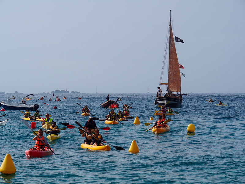 Els caiacs de tornada a la platja de Llafranc, amb les Illes Formigues al fons.  (Foto: Fundació Oncolliga).