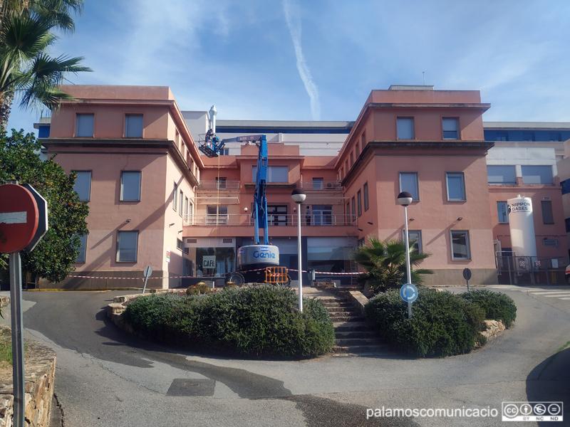 S'està pintant la façana de l'edifici de l'hospital vell.