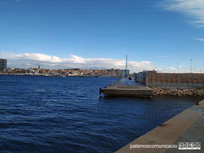 Vista de Palamós des de la punta final del port.