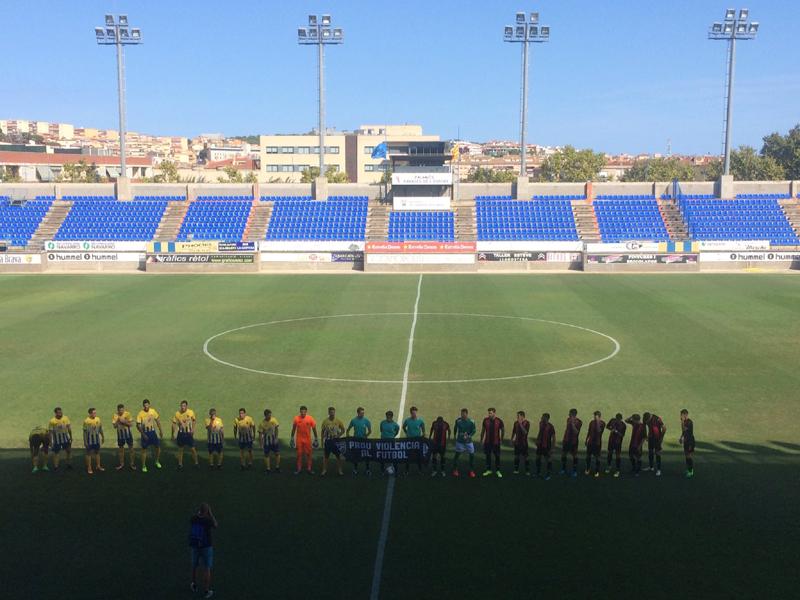 Jugadors del Palamós CF i Reus B minuts abans de començar el partit (Foto: Jordi Caixàs)